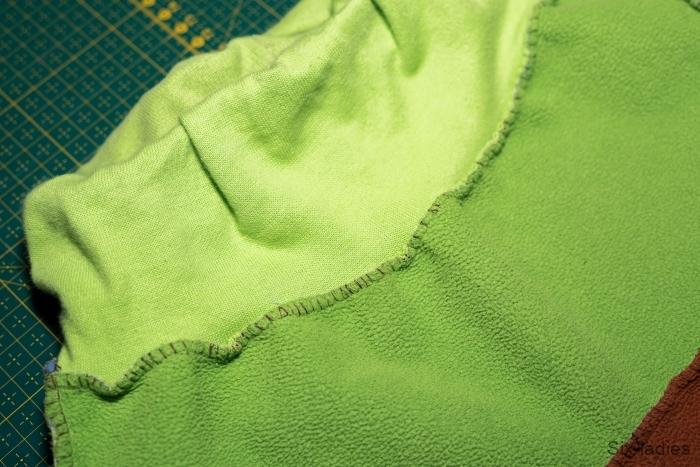 Overlockový steh - softshellové kalhoty po roce nošení, přišití nápletu v pase